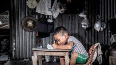 Papá teje mochila para su hijo al no tener dinero para una nueva: su muestra de amor se hizo viral