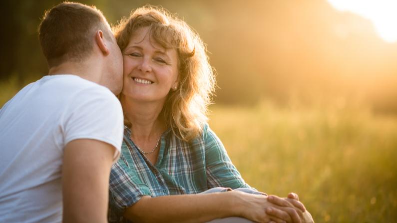 Mamá recibe el apoyo y cariño de su hijo. Imagen ilustrativa. (Shutterstock/Pixabay)