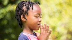 Foto de niños orando en su primer día de clases después que su familia perdió su hogar se vuelve viral