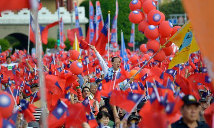 Los participantes de un acto de una campaña política ondean las banderas de Taiwán en Taipei, el 11 de noviembre de 2018. (Chris Stowers/AFP/Getty Images)