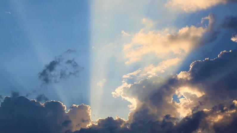 Rayos de luz y nubes