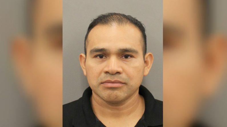 Tomás Mejía Tol, de 42 años, fue acusado de homicidio y por poner en peligro a un niño por presuntamente dejar que su hija de 12 años condujera, lo cual resultó en la muerte de un peatón. El Servicio de Inmigración y Control de Aduanas dijo que es un inmigrante ilegal y lo detuvo después de ser liberado bajo fianza. (Departamento de Policía de Houston)