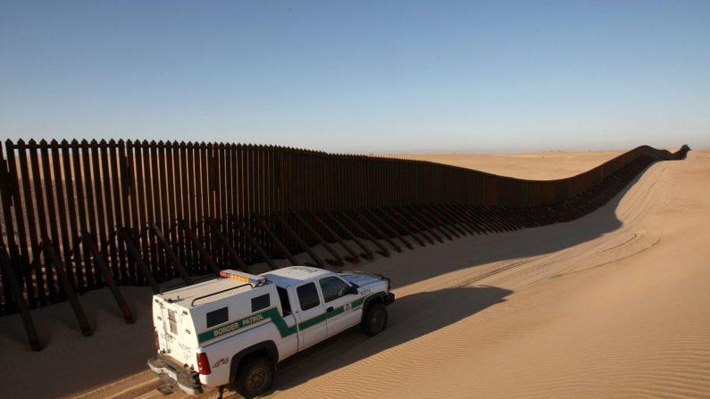 Un vehículo de la Patrulla Fronteriza a lo largo de una sección recientemente construida de la expansión de la cerca fronteriza entre Yuma, Arizona, y Calexico, California, el 14 de marzo de 2009. (David McNew/Getty Images)