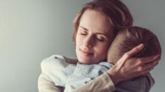 Mamá llora al leer emotiva carta de la maestra junto con el examen reprobado de su hijo con autismo