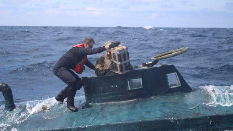 Miembros del equipo de abordaje de la Guardia Costera de Estados Unidos suben a bordo de un supuesto barco de contrabando en septiembre. (Foto de la Guardia Costera de EE.UU.)