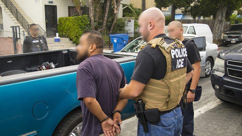 Los agentes de ICE llevan a cabo una operación para arrestar a inmigrantes ilegales en Nueva York el 26 de septiembre de 2019. (ICE)