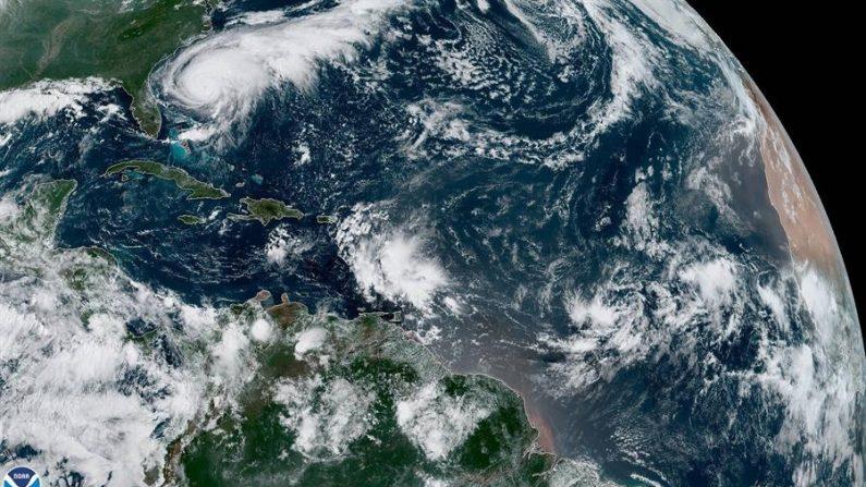 Fotografía tomada a las 10:10 horas locales (14:10 GMT) cedida este lunes por la Administración Nacional Oceánica y Atmosférica (NOAA) por vía del Centro Nacional de Huracanes (NHC) donde se muestra el paso del huracán Humberto frente a las costas estadounidenses. EFE/NOAA-STAR/NHC