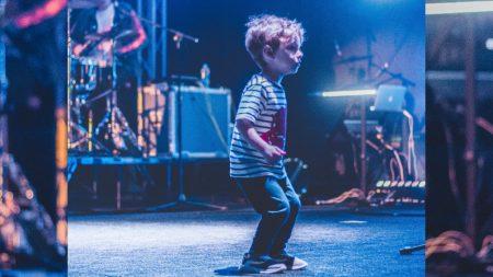 """Niño empieza a bailar """"Sexy and I know it"""" en pleno concierto y en segundos el público enloquece"""
