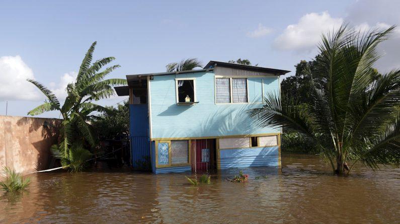 Una casa permanece inundada el miércoles 21 de junio de 2017, en Penal (Trinidad y Tobago). La tormenta tropical Bret, la segunda del año y ya rebajada a la categoría de onda, provocó a su paso por Trinidad y Tobago daños materiales en viviendas e infraestructuras a causa de inundaciones, según informaron las autoridades del territorio caribeño. (EFE / Andrea De Silva/Archivo)