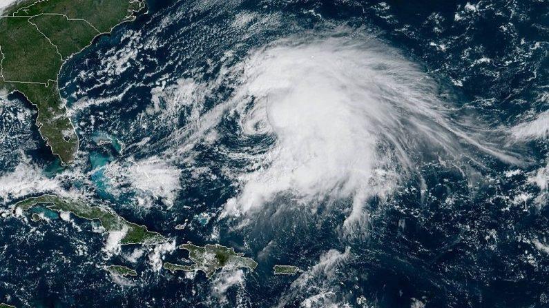 Fotografía tomada a las 10:10 horas lacales (14:10 GMT) cedida este lunes por la Administración Nacional Oceánica y Atmosférica (NOAA) por vía del Centro Nacional de Huracanes (NHC) donde se muestra el emplazamiento de las tormentas tropicales Jerry (arriba) y Karen (abajo). EFE/NOAA-STAR/NHC