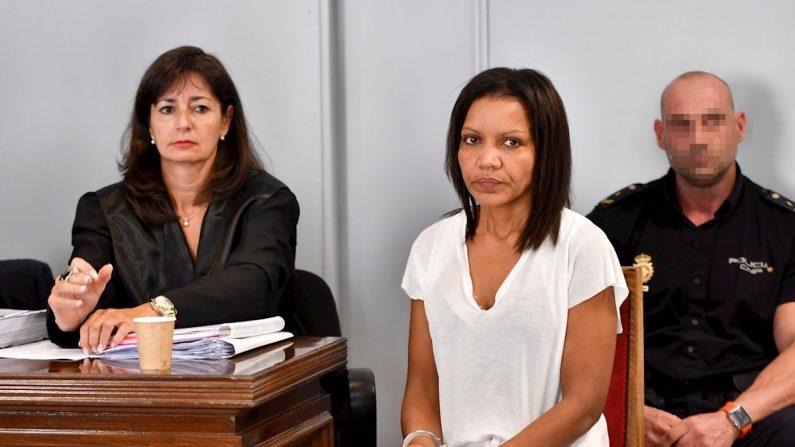 Ana Julia Quezada (c), autora confesa de la muerte de Gabriel Cruz, al comienzo de la vista en la Audiencia de Almería. EFE/ Carlos Barba