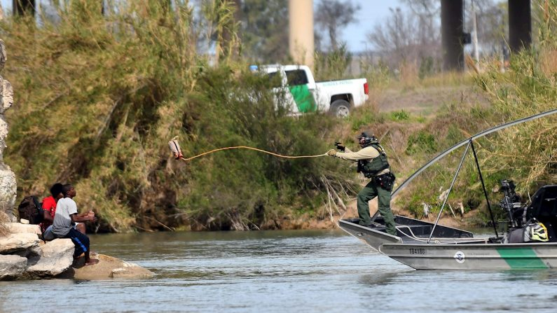 Ciudadanos centroamericanos pertenecientes a la caravana migrante son rescatados por la Patrulla Fronteriza de los Estados Unidos, sobre el Río Bravo, en la frontera entre México y EEUU. EFE/ Miguel Sierra/Archivo