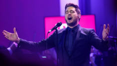 """Michael Bublé envía un emotivo mensaje en su canción """"Forever Now"""" y conmueve a los padres"""