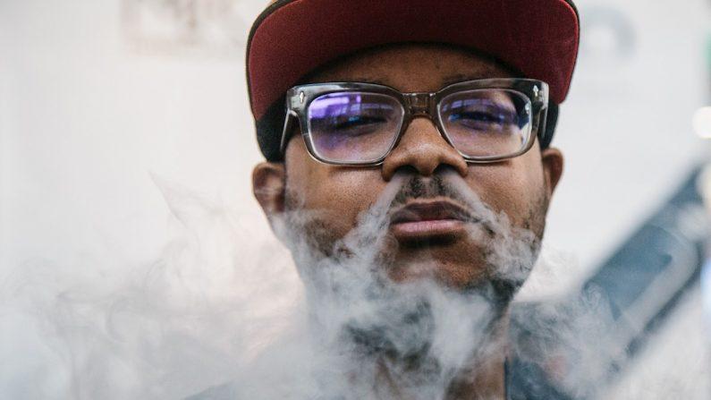 Un hombre expulsa vapor después de utilizar un cigarrillo electrónico. (EFE/ Alba Vigaray/Archivo)