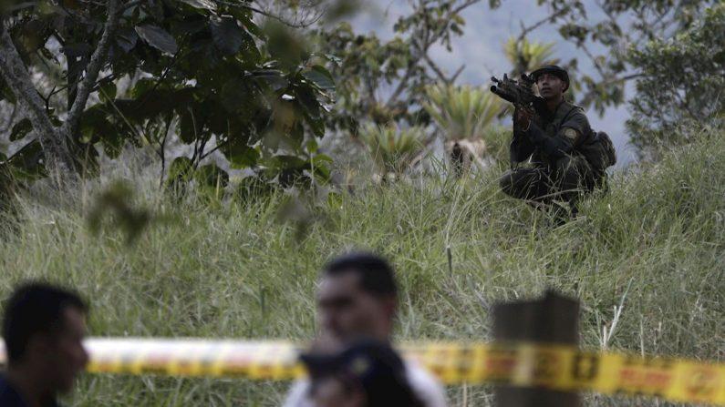 Policías prestan seguridad y miembros de la Fiscalía realizan labores forenses en Suárez, en el departamento del Cauca (Colombia), donde fue asesinada la candidata a la alcaldía Karina García, junto a otras 5 personas, el 2 de septiembre de 2019. EFE/Ernesto Guzmán Jr