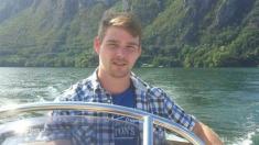 Sobrevive horas perdido en el mar utilizando sus jeans como flotador, ¡el invento le salvó la vida!