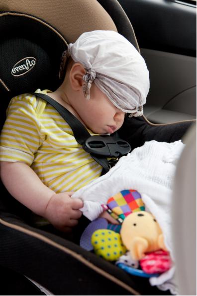 Bebé en silla de seguridad para auto