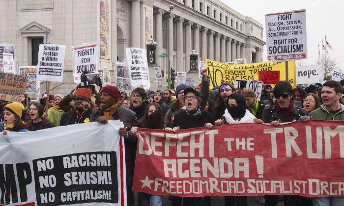 Partidarios de la Organización Socialista del Camino de la Libertad durante una marcha anti-Trump en Washington, el 20 de enero de 2017. (slowking4/GFDL 1.2)
