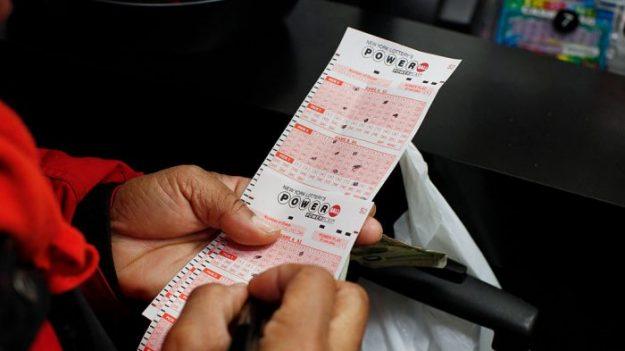 """Hombre sobrevive al cáncer dos veces y gana USD 4,6 millones en la lotería: """"soy un tipo suertudo"""""""