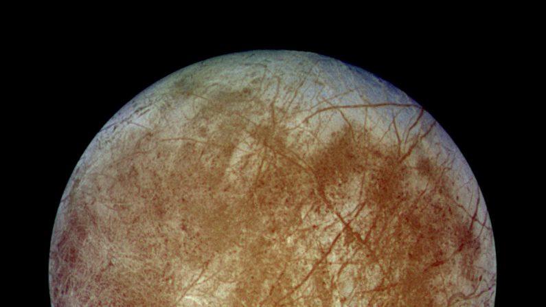Esta imagen muestra una vista del hemisferio posterior del satélite cubierto de hielo de Júpiter, Europa, en color natural aproximado, el 7 de septiembre de 1996. (NASA/JPL/DLR/Dominio Público)