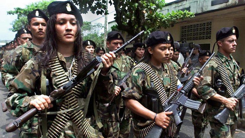 Guerrilheiros das Forças Armadas Revolucionárias Marxistas da Colômbia (FARC) em San Vicente, em 7 de fevereiro de 2001 (LUIS ACOSTA / AFP / Getty Images)