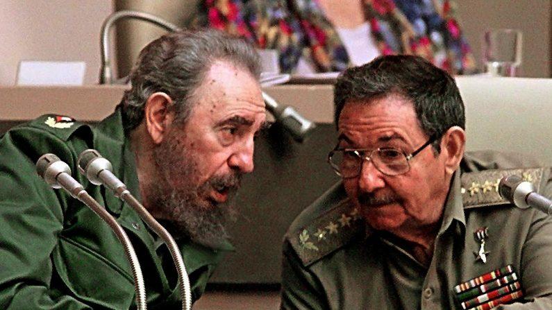 O presidente cubano Fidel Castro (à esquerda) conversa com seu irmão Raúl Castro (à direita), durante uma sessão da Assembléia Nacional de Cuba, realizada em 20 de dezembro de 1999, em Havana (Foto de ADALBERTO ROQUE / AFP / Getty Images)