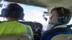 En su primera clase de vuelo tiene que aterrizar el avión solo cuando su instructor se desmaya