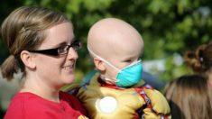 Niña consuela a su hermanito con cáncer en una fotografía que revela la devastadora enfermedad