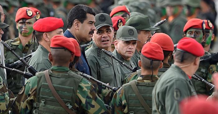 Nicolás Maduro (C-I) camina con el ministro de Defensa venezolano Padrino López (C-D) Caracas el 12 de diciembre de 2015. (JUAN BARRETO/AFP/Getty Images)