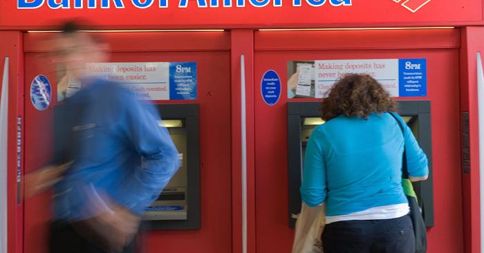 Foto ilustrativa de personas usando un cajero automático (ATM) en Washington. NICHOLAS KAMM/AFP/Getty Images.