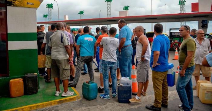 Cubanos hacen cola para comprar combustible en una gasolinera de La Habana, el 12 de septiembre de 2019. Foto de YAMIL LAGE/AFP/Getty Images.