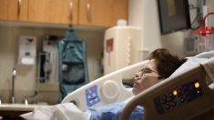 Con el corazón roto le da el último adiós a su esposo moribundo cantándole su canción favorita