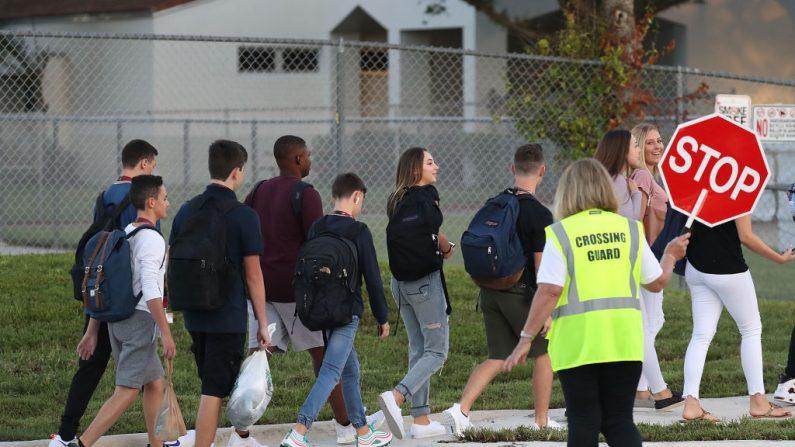 Los estudiantes caminan a la escuela secundaria Marjory Stoneman Douglas el primer día de clases el 15 de agosto de 2018 en Parkland, Florida. El exalumno Nikolas Cruz, de 19 años, es acusado de matar a 17 estudiantes y profesores de la escuela el 14 de febrero de 2018. (Joe Raedle/Getty Images)