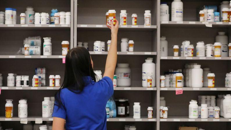 Una técnico de farmacia toma una botella de medicamentos de un estante en la farmacia central de Intermountain Healthcare en Midvale, Utah, el 10 de septiembre de 2018. (George Frey/Getty Images)