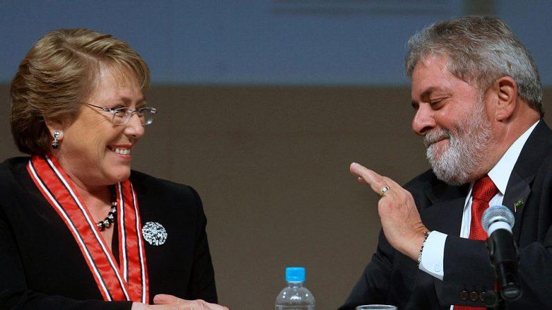 La presidente de Chile, Michelle Bachelet (izq.), es recibida por el presidente de Brasil, Luiz Inácio Lula da Silva, durante una reunión con empresarios en la sede de la Federación de la Industria del Estado de Sao Paulo (FIESP), en Sao Paulo, Brasil, el 30 de julio de 2009. (MAURICIO LIMA/AFP/Getty Images)