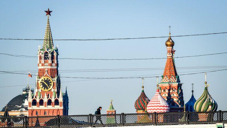 Un hombre camina por un puente sobre el río Moskva frente a la Torre Spasskaya del Kremlin y la Catedral de San Basilio en el centro de Moscú el 30 de noviembre de 2018. (Yuri Kadobnov/AFP/Getty Images)