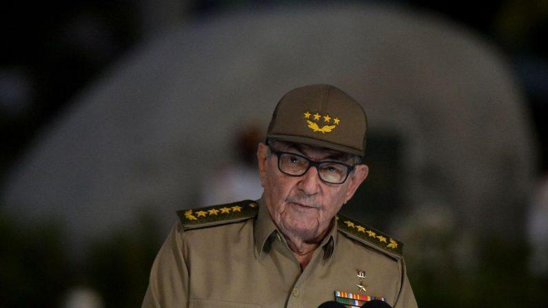 El exdictador y Primer Secretario del Partido Comunista de Cuba, Raúl Castro, pronuncia un discurso el 1 de enero de 2019, durante la celebración del 60º aniversario de la Revolución Cubana en el Cementerio de Santa Ifigenia en Santiago de Cuba. (YAMIL LAGE/AFP/Getty Images)