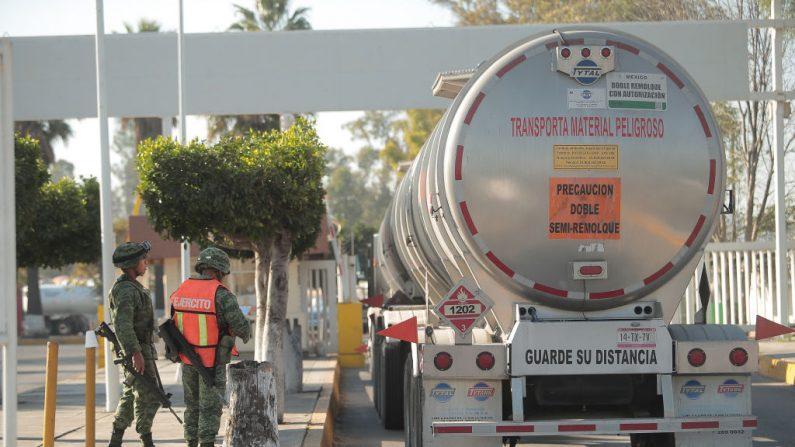 Camiones de gasolina esperan para llenar la refinería de Tula como parte de la crisis de combustible después de la explosión de un oleoducto de la Empresa Pública Mexicana de Petróleos Pemex el 22 de enero de 2019 en Tula, México. (Hector Vivas/Getty Images)