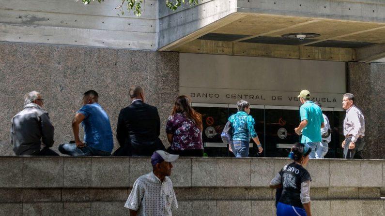 Personas fuera de la sede del Banco Central de Venezuela, en Caracas. (LUIS ROBAYO/AFP/Getty Images)