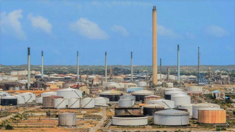 Vista de la refinería de petróleo Isla arrendada por la empresa petrolera estatal venezolana PDVSA en Willemstad, Curazao, Antillas Holandesas, el 22 de febrero de 2019. (Foto de LUIS ACOSTA/AFP/Getty Images)