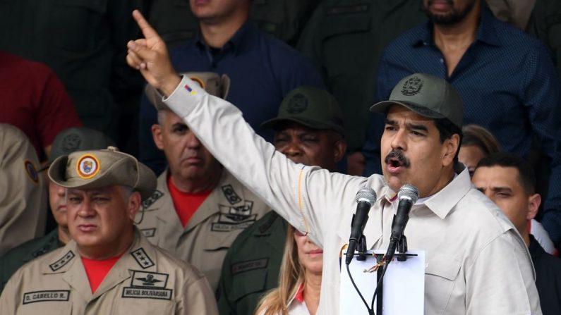 El dictador Nicolás Maduro (der.) pronuncia un discurso junto al presidente de la Asamblea Constituyente Diosdado Cabello durante un desfile militar en Caracas, el 13 de abril de 2019. (YURI CORTEZ/AFP/Getty Images)