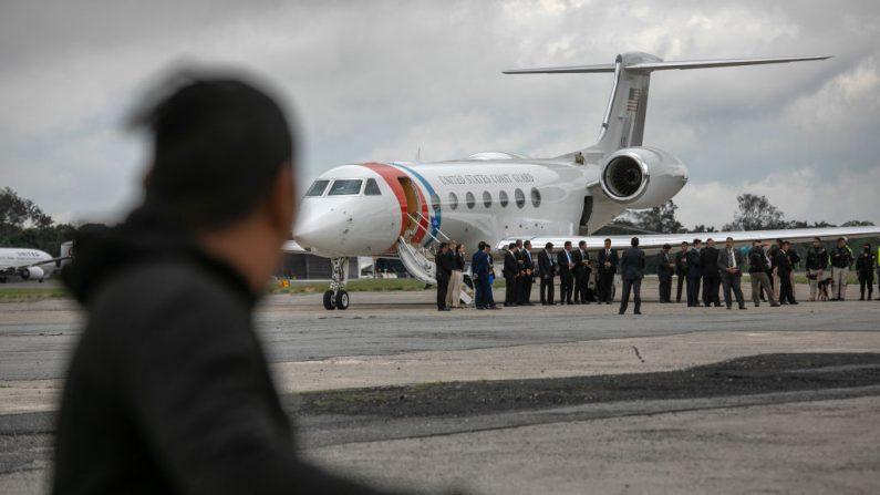 Un vuelo con deportados desde Estados Unidos llega a Guatemala. (John Moore/Getty Images)