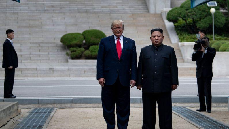 El presidente de los Estados Unidos, Donald Trump, y el líder de Corea del Norte, Kim Jong-un, se paran en suelo norcoreano mientras caminan hacia Corea del Sur en la Zona Desmilitarizada (DMZ) el 30 de junio de 2019, en Panmunjom, Corea. (Brendan Smialowski/AFP/Getty Images)
