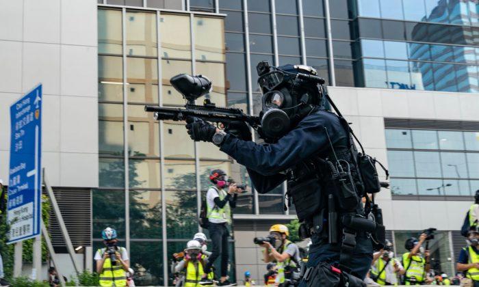 Un policía antidisturbios dispara balas de goma contra los manifestantes en Kowloon Bay, Hong Kong, el 24 de agosto de 2019. (Anthony Kwan/Getty Images)