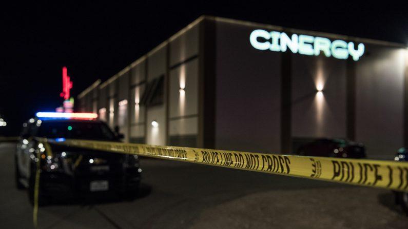 Policía bloquea una escena del crimen afuera de la sala de cine Cinergy Odessa donde un hombre armado fue asesinado a tiros el 31 de agosto de 2019 en Odessa, Texas. (Cengiz Yar/Getty Images)