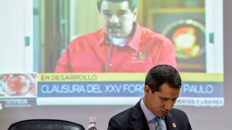 El líder de la Asamblea Nacional  y Presidente encargado de Venezuela, Juan Guaido  frente a una pantalla del dictador venezolano Nicolás Maduro durante una sesión en la Asamblea Nacional en Caracas el 3 de septiembre de 2019. (MATIAS DELACROIX/AFP/Getty Images)