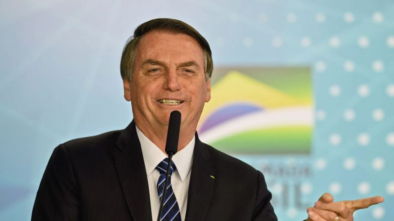 El presidente de Brasil, Jair Bolsonaro, pronuncia un discurso en el Palacio Planalto de Brasilia, el 6 de agosto de 2019, a un año desde que Bolsonaro fue apuñalado durante un mitin de campaña. (EVARISTO SA/AFP/Getty Images)