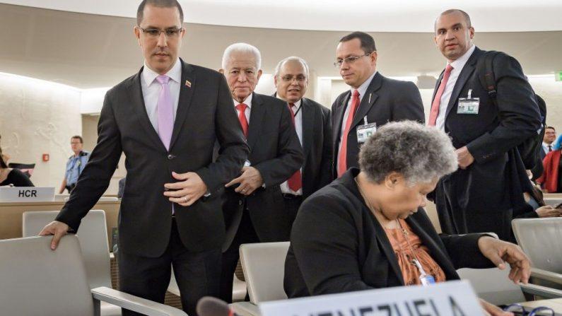 El Ministro de Relaciones Exteriores de Venezuela, Jorge Arreaza (izq.), seguido por el Representante Permanente de Venezuela ante las Naciones Unidas en Ginebra, Jorge Valero, llega para dirigirse al Consejo de Derechos Humanos de las Naciones Unidas el 12 de septiembre de 2019 en Ginebra. (Foto de FABRICE COFFRINI/AFP/Getty Images)