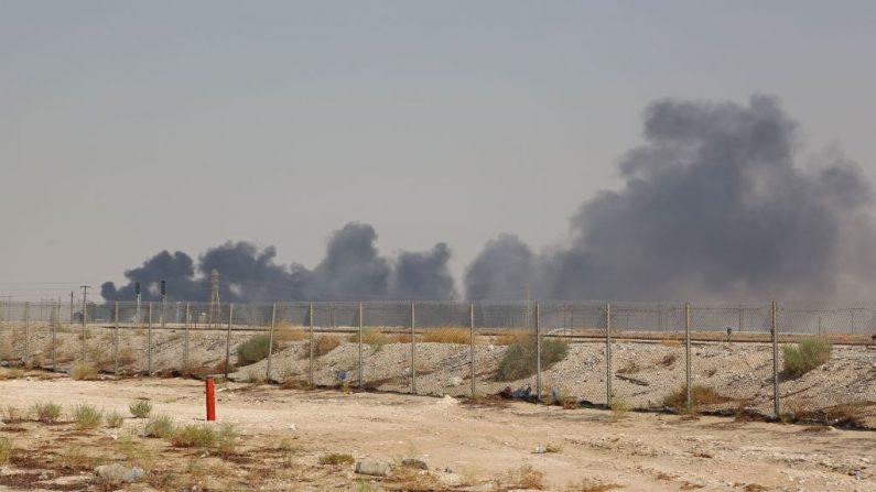 Oleadas de humo de una instalación petrolera de Aramco en Abqaiq, a unos 60 km al suroeste de Dhahran, en la provincia oriental de Arabia Saudita, el 14 de septiembre de 2019, luego del ataque con drones. (AFP/Getty Images)