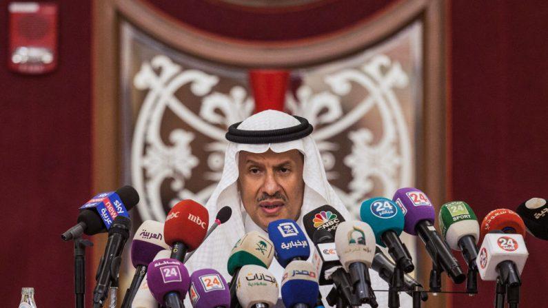 El ministro de Energía de Arabia Saudita, el príncipe Abdulaziz bin Salman, da una conferencia de prensa en la ciudad costera del Mar Rojo de Yeddah el 17 de septiembre de 2019. (AFP/Getty Images)